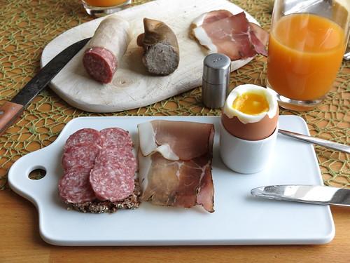 Stracke und Schinkenspeck auf Oldenburger Vollkornbrot zum Frühstücksei