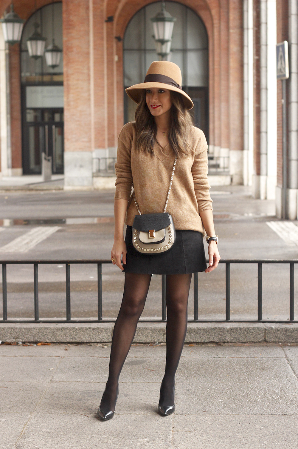 Brown Jumper Brown Hat Uterqüe Black heels Black skirt fall style outfit fashion01