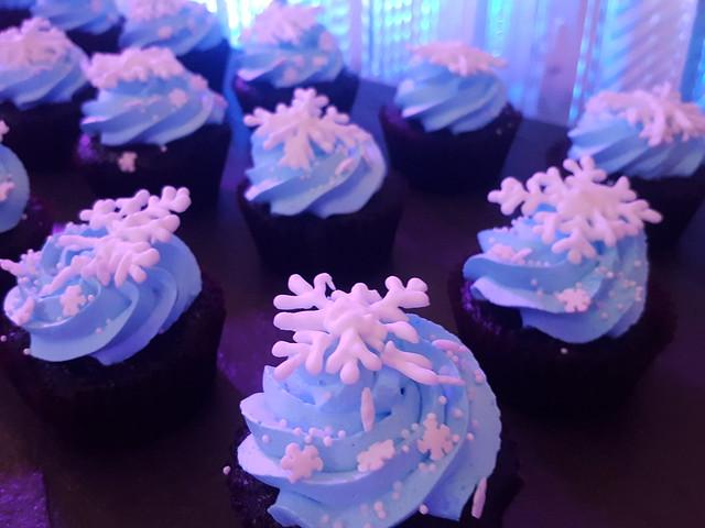 DavaoLife.com : A Beautiful Blue & Silver Themed Christmas Tree Lights Up at SEDA Abreeza
