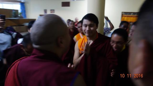 法王噶瑪巴向薩迦達欽法王的法體致敬