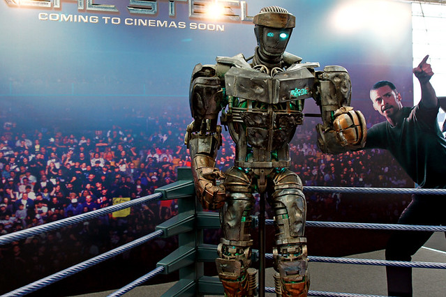 Empire BIG SCREEN : Get your photo taken with Atom the robot from Real Steel in Studio City