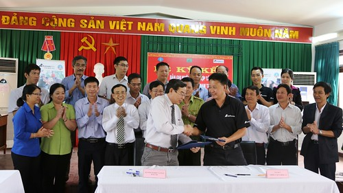 Signing agreement between Animals Asia and Dak Lak province