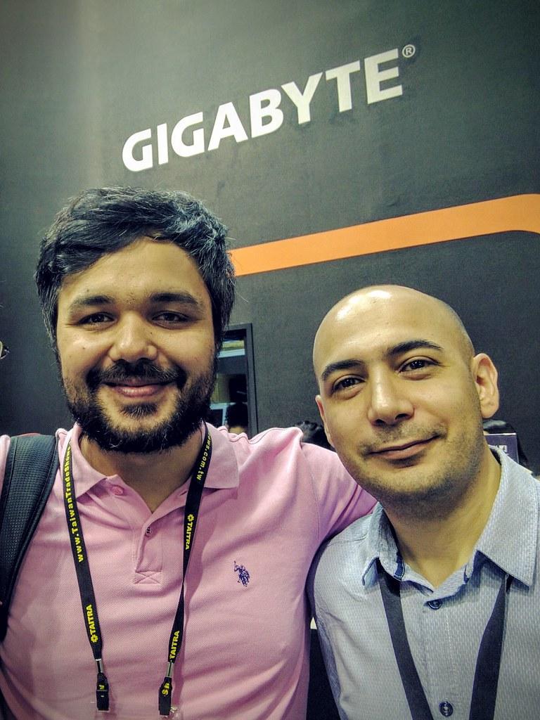 土國最大的硬體論壇Donanim Haber編輯記者Erdi Özüağ (左) 採訪技嘉科技何奧沛先生(Alper Yildirim)