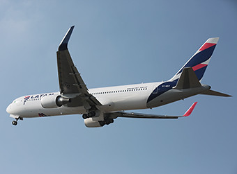 LATAM B767-300ER PT-MSY climb away from GRU (LATAM)