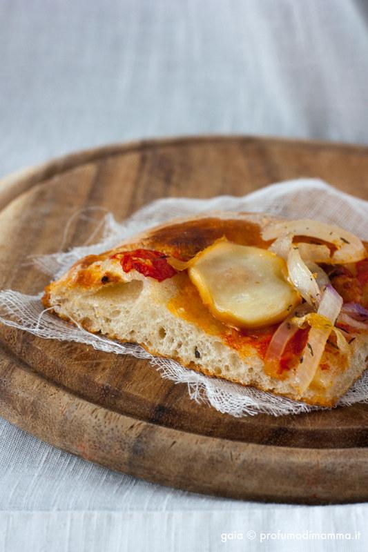 Pizza cipolle al timo e scamorza affumicata