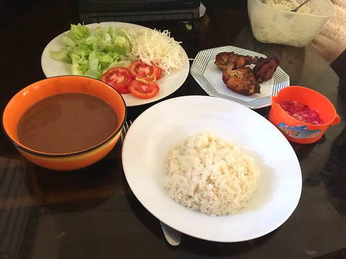 Pollo | arroz | bean sauce | ensalada