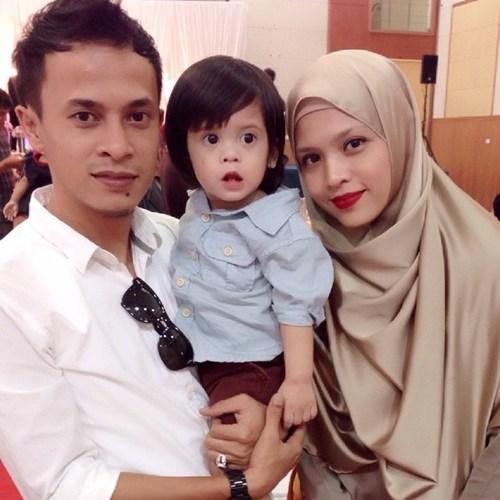 Zahiril Adzim dan Syera Ayob bersama anak mereka Anaqi