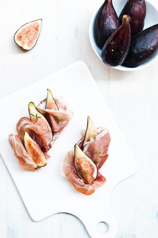 Crostini con fichi, prosciutto e robiola alle olive nere