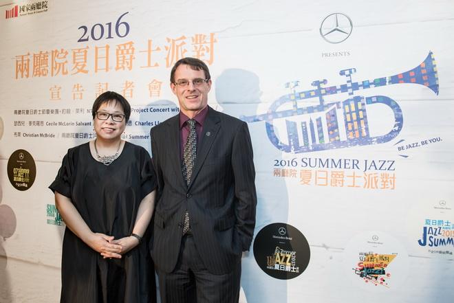 國家兩廳院藝術總監李惠美女士(左)與台灣賓士總裁邁爾肯為2016【Mercedes-Benz兩廳院夏日爵士派對】揭開序幕