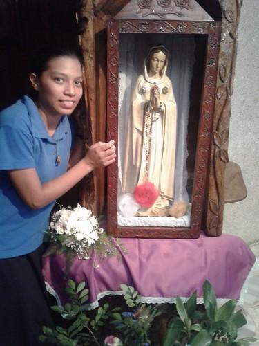 Mayra junto a una imágen de nuestra Madre