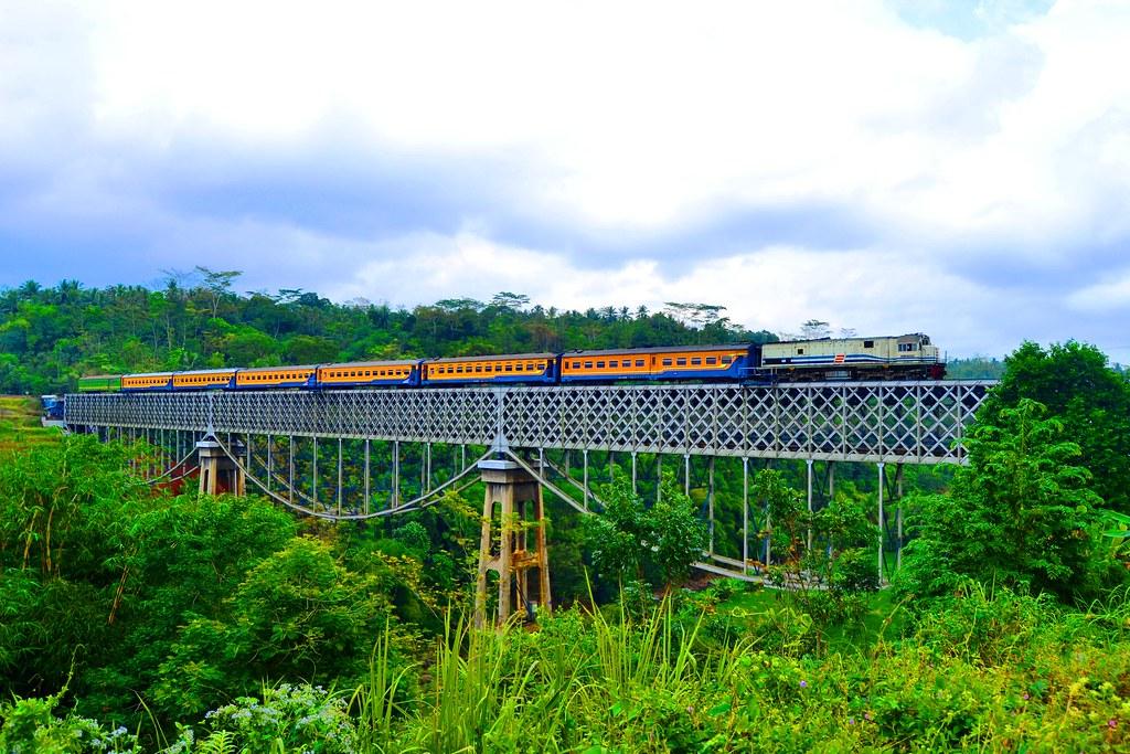 Melintas di Jembatan Cirahong