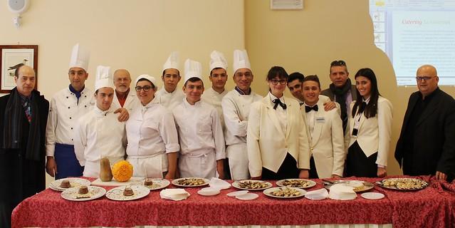 Da sinistra, il prof Peppino Mastrochirico in un evento culinario del 2013 Alberghiero di Polignano innocente galluzzi