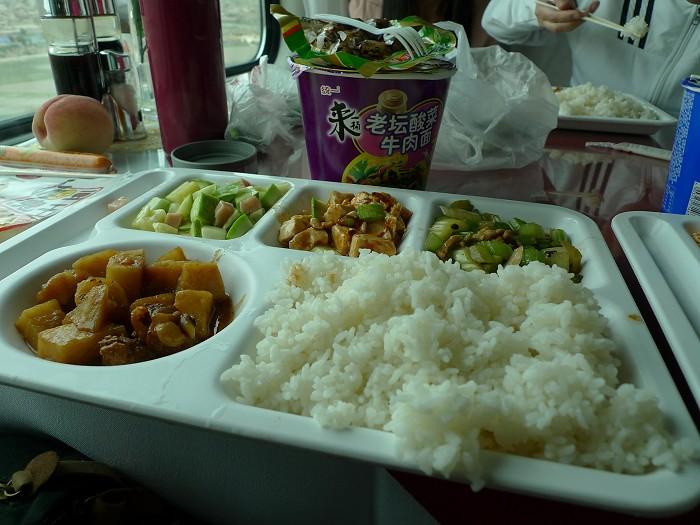 有餐車飯和泡麵,拖延吃飯的時間,這樣在餐車才可以坐得久。