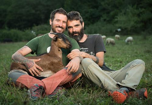 Un nazareno al frente de un santuario animal en el Pirineo catalán