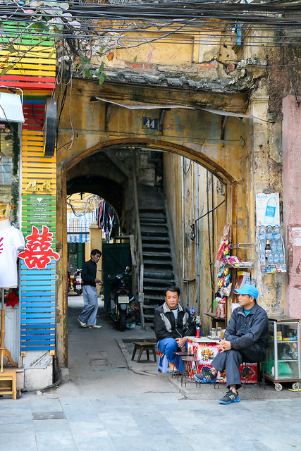 Alley in old city, Hanoi, Vietnam ハノイ旧市街の路地