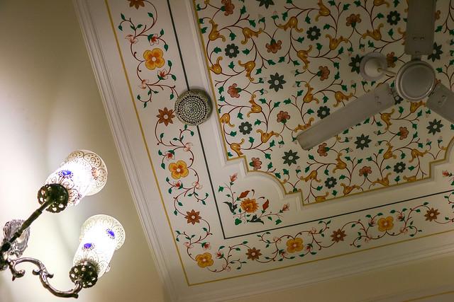 "Ceiling decoration of ""Hotel Rajputana Haveli"", Jaipur, India ジャイプール、ホテル・ラージプターナ・ハベリの部屋の天井"