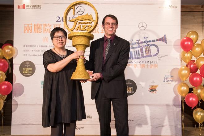 國家兩廳院藝術總監李惠美女士(左)特頒獎座予台灣賓士總裁邁爾肯,感謝台灣賓士攜手十年合作【Mercedes-Benz兩廳院夏日爵士派對】