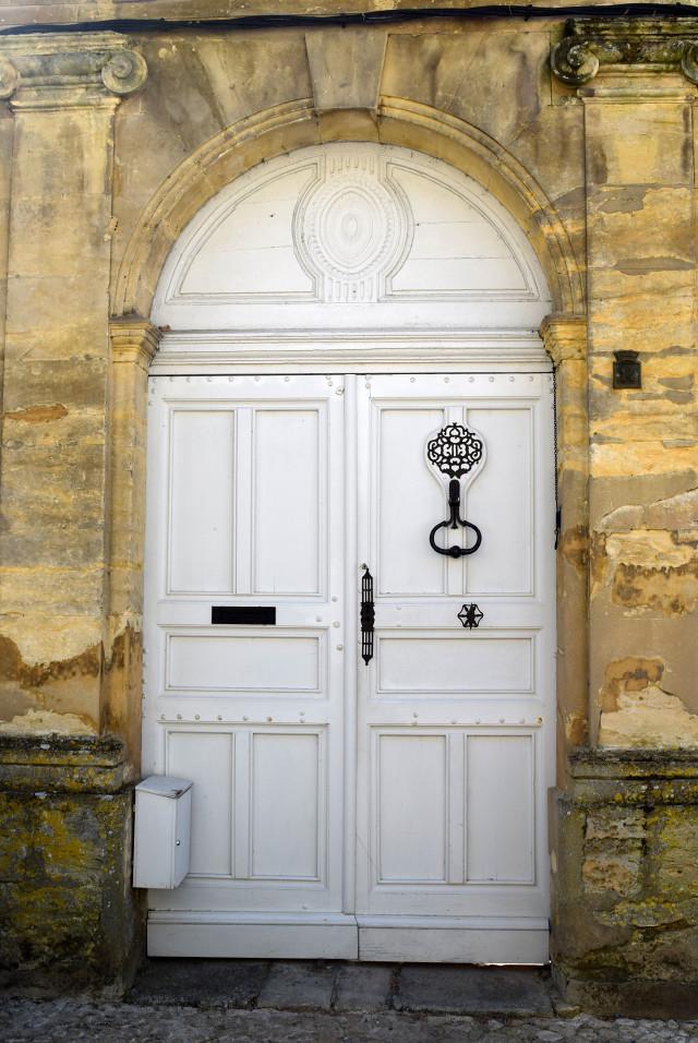 White Door in Beaumont-du-Perigod | www.rachelphipps.com @rachelphipps