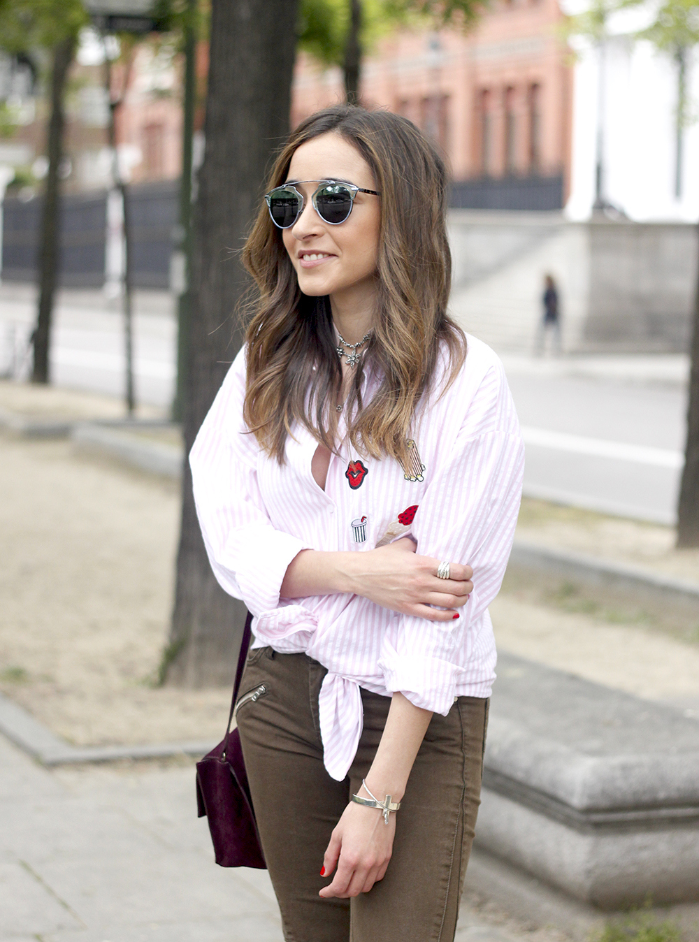 shirt with patches khaki pants nude heels burgundy bag uterqüe accessories style fashion16