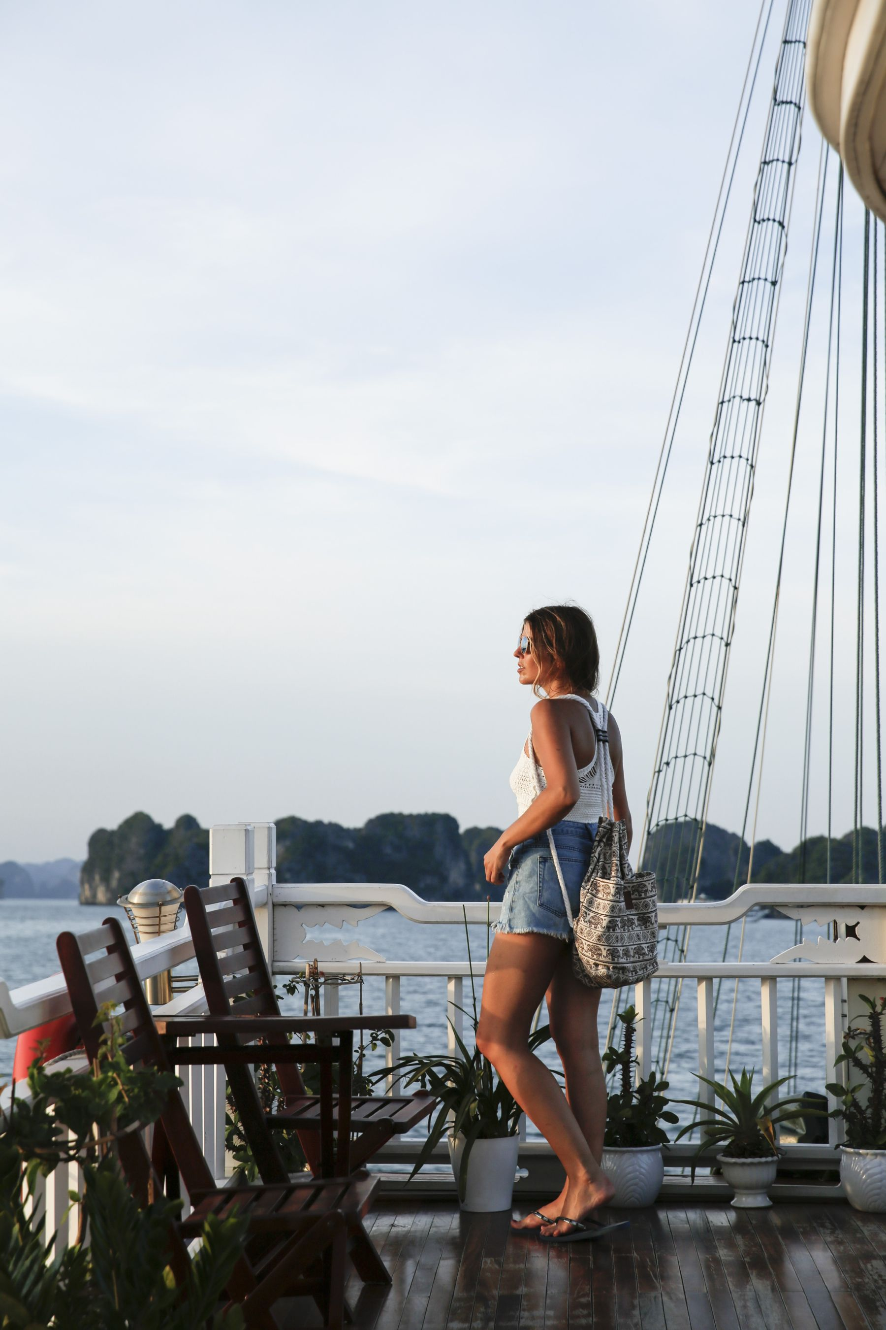 halong bay bahia vietnam excursiones barco trendy taste summer outfit look havaianas shorts denim top crochet pull and bear sunglasses_13