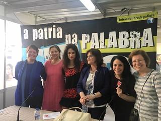 Elena saúda xunto con Teresa Paris e as participantes no coloquio deste domingo