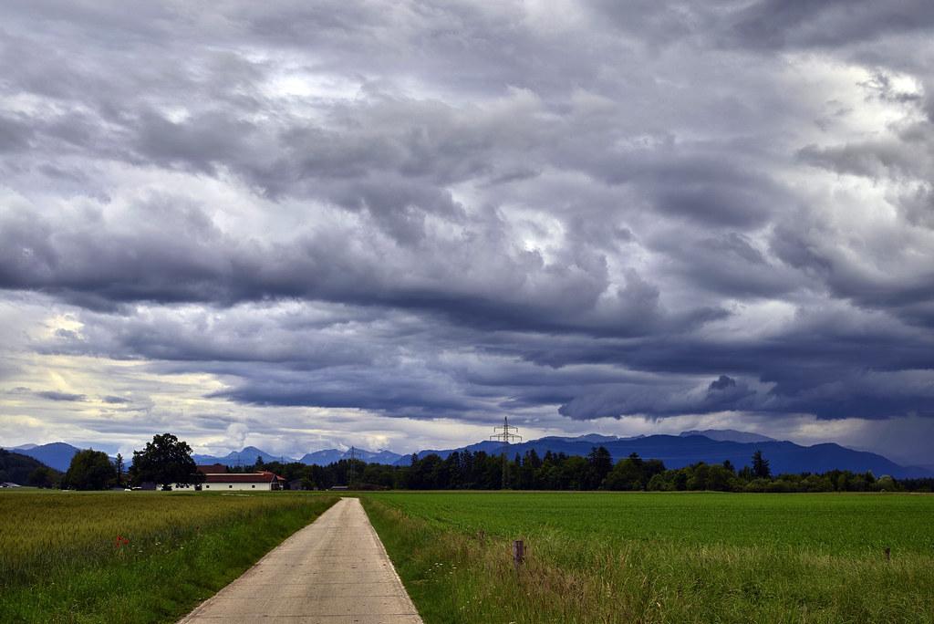 Schlechtwetter-Wolken über den Bergen