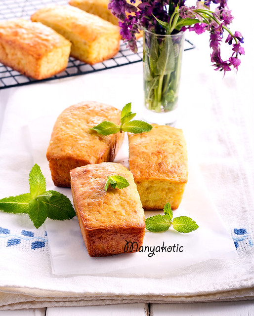 Mini loaf cakes with mint decoration