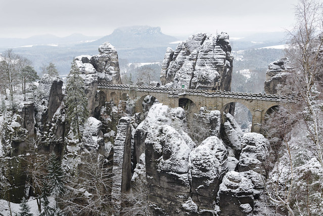 Basteibrücke im Neuschnee