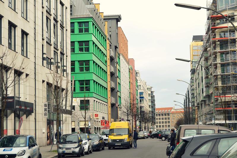 calle con edificios Berlin 2016