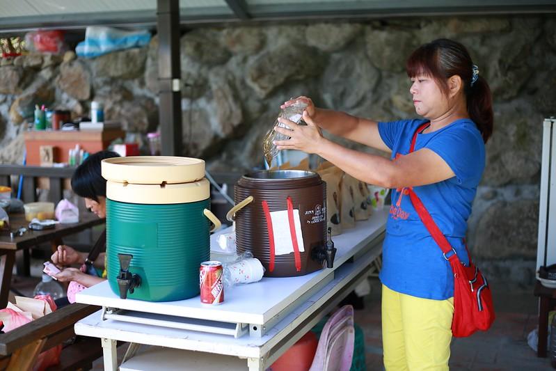 營主在準備冰茶和梅子茶