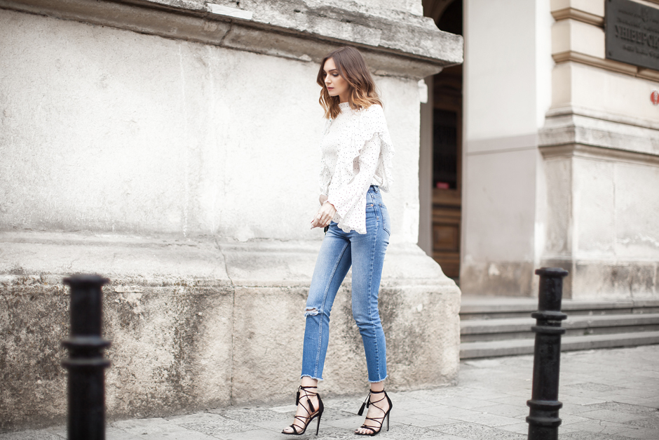 ruffled-top-high-waisted-jeans-blue-outfit-street-style