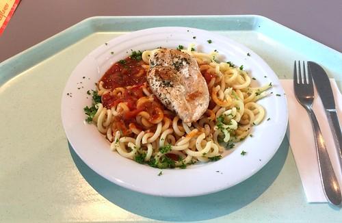 Roast chicken breast with tomato sauce & noodles / Gebratene Hähnchenbrust mit Tomatensauce & Gabelspaghetti