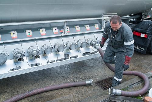 livraison de gaz dans une station service camion citerne chauffeur routier 27 ao t 2014 brest. Black Bedroom Furniture Sets. Home Design Ideas