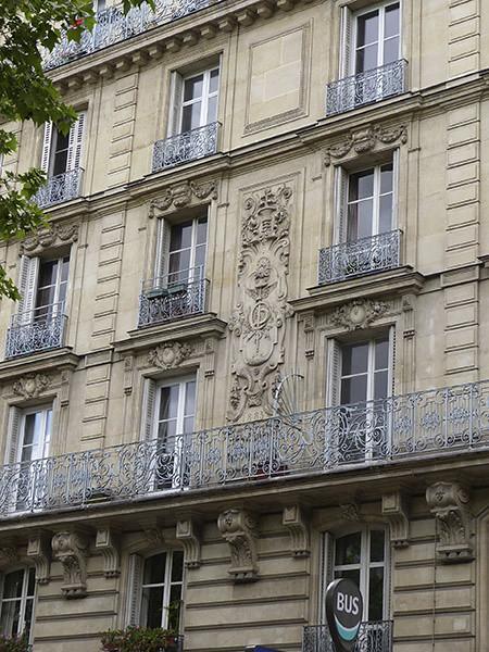 bas relief sur façade