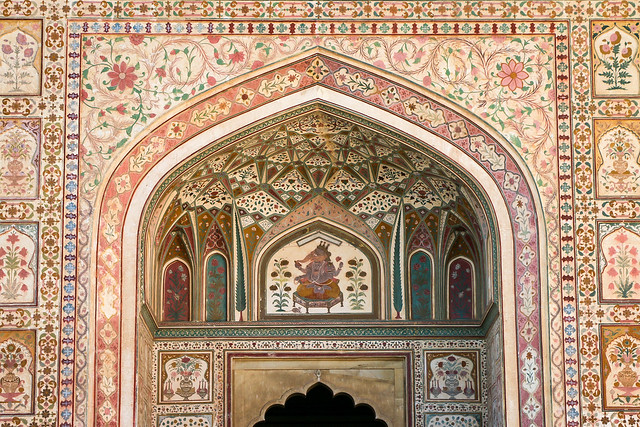 Impressive decoration of Ganesh Pol in Amber Fort, Jaipur, India ジャイプール、アンベール城「ガネーシャ門」の装飾