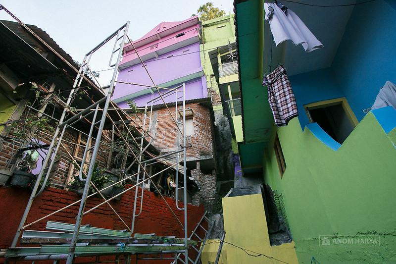Dinding tinggi Jodipan dicat oleh Paskhas