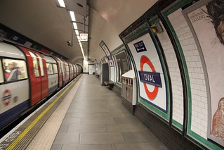 Edgware bound, Northern Line train roars into Oval Station