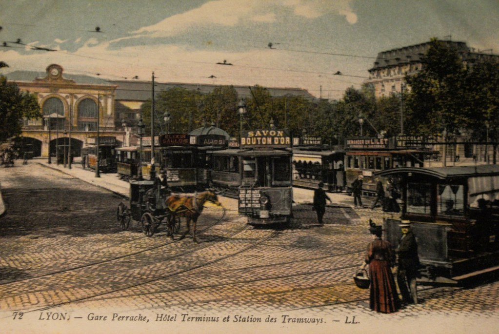 > Gare de Perrache avant la construction de l'échangeur autoroutier.