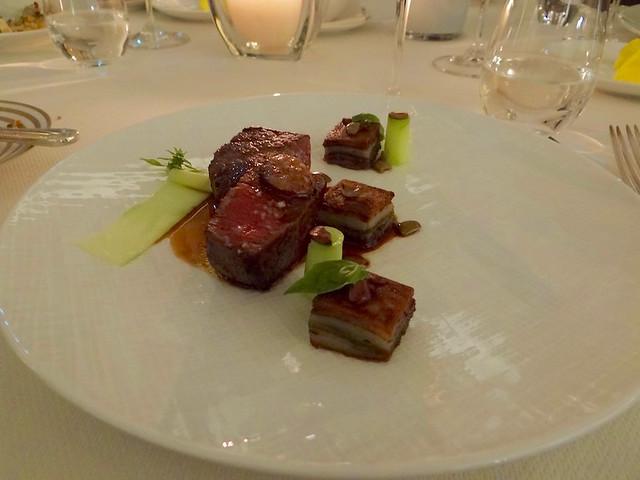 """Savoy beef mit Schicht-Kartoffel auf Juce-Reduktionen """"Les Fresqes"""""""