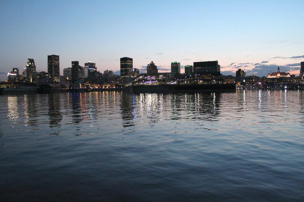 Kuva Montrealin siluetista auringonlaskun aikaan