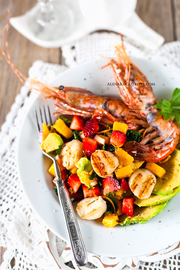 Pectinate Shrimps, Scallops, Mango, and Strawberries Salad