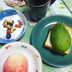 drippy juicy peaches eaten over the sink & mini pain de mie avocado toast❤︎raining cats & dogs  #paindemie #avocadotoast #peach #coffee #yogurt #blueberry #japan