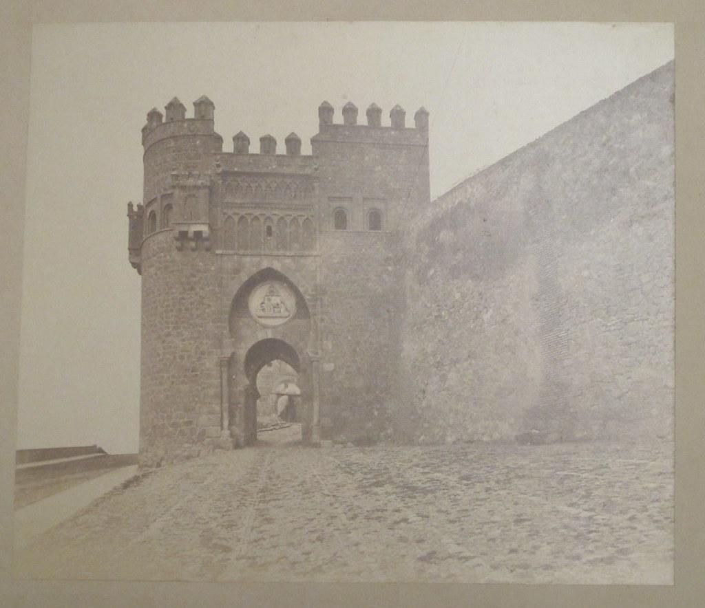 Puerta del Sol en Toledo hacia 1880. Fotografía de Léon Lemuet.