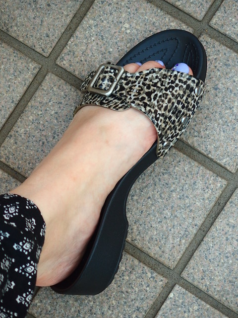 crocs sarah leopard sandal w 履いてみた