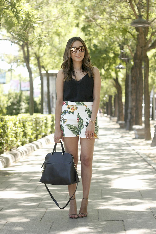 gafas de sol hawkers black lace top tropical print shorts summer outfit heels furla bag sunnies accessories03