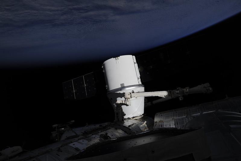 Стыковка Dragon с МКС