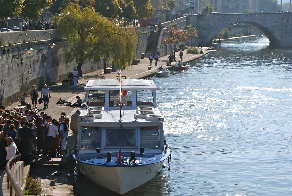 > Navette fluviale/bateau mouche sur le quai Saint Vincent (Saône) à Lyon.