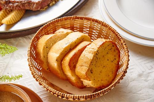 平價牛排吃不到的美味,新國際西餐廳走過50年歷史的5個秘密(13)麵包