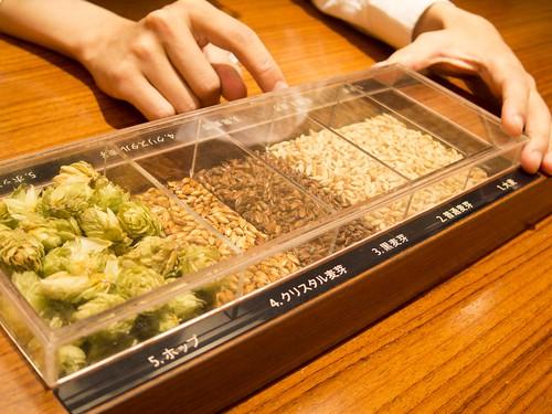 材料の麦芽とホップ