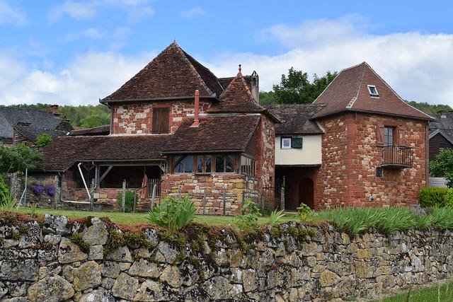 Houses in Collognes-la-Rouge, Dordogne Valley | www.rachelphipps.com @rachelphipps